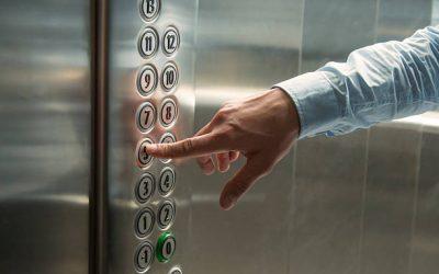 Rytinis pasisveikinimas ir etiketas lifte